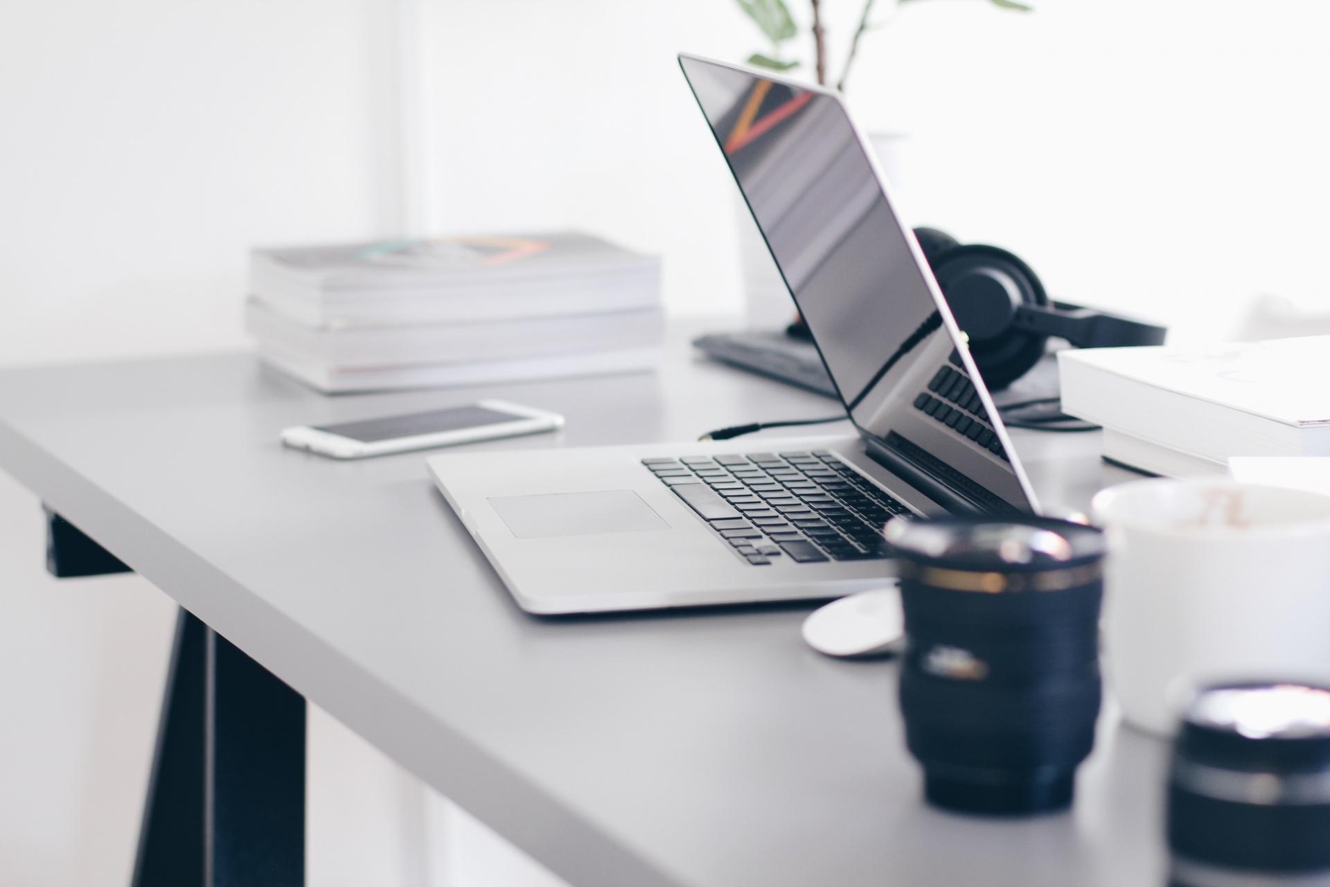 Foto: MacBook usw. auf Schreibtisch