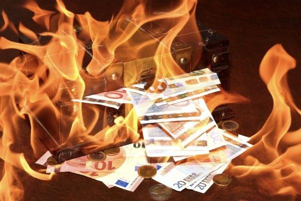 Bild: Schatztruhe mit brennenden Euro-Noten