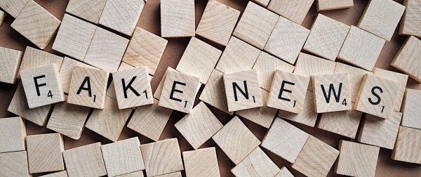 Foto: Scrabble-Buchstaben, die das Wort «FAKENEWS» bilden