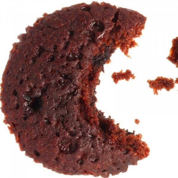 Foto: Mondsichel-förmiges Cookie (Plätzchen), das Krümel zu essen scheint und damit an Pacman erinnert