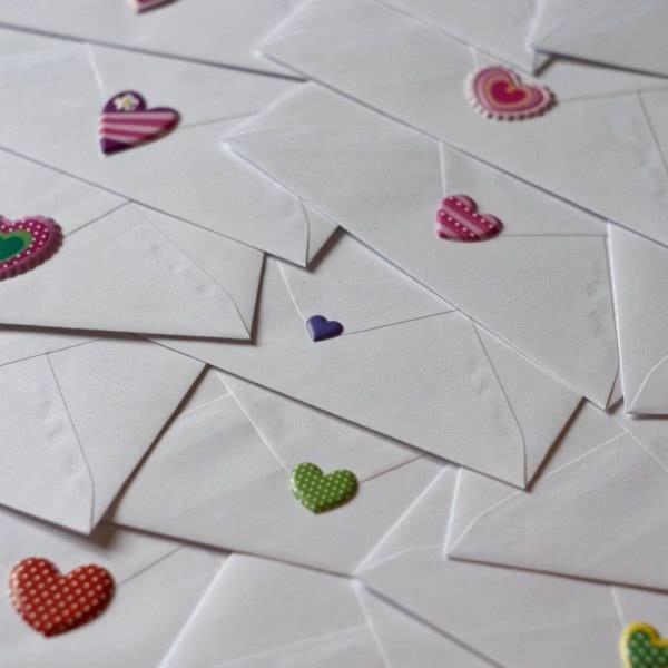Foto: Briefumschläge, die jeweils mit einem Herzchen verschlossen sind