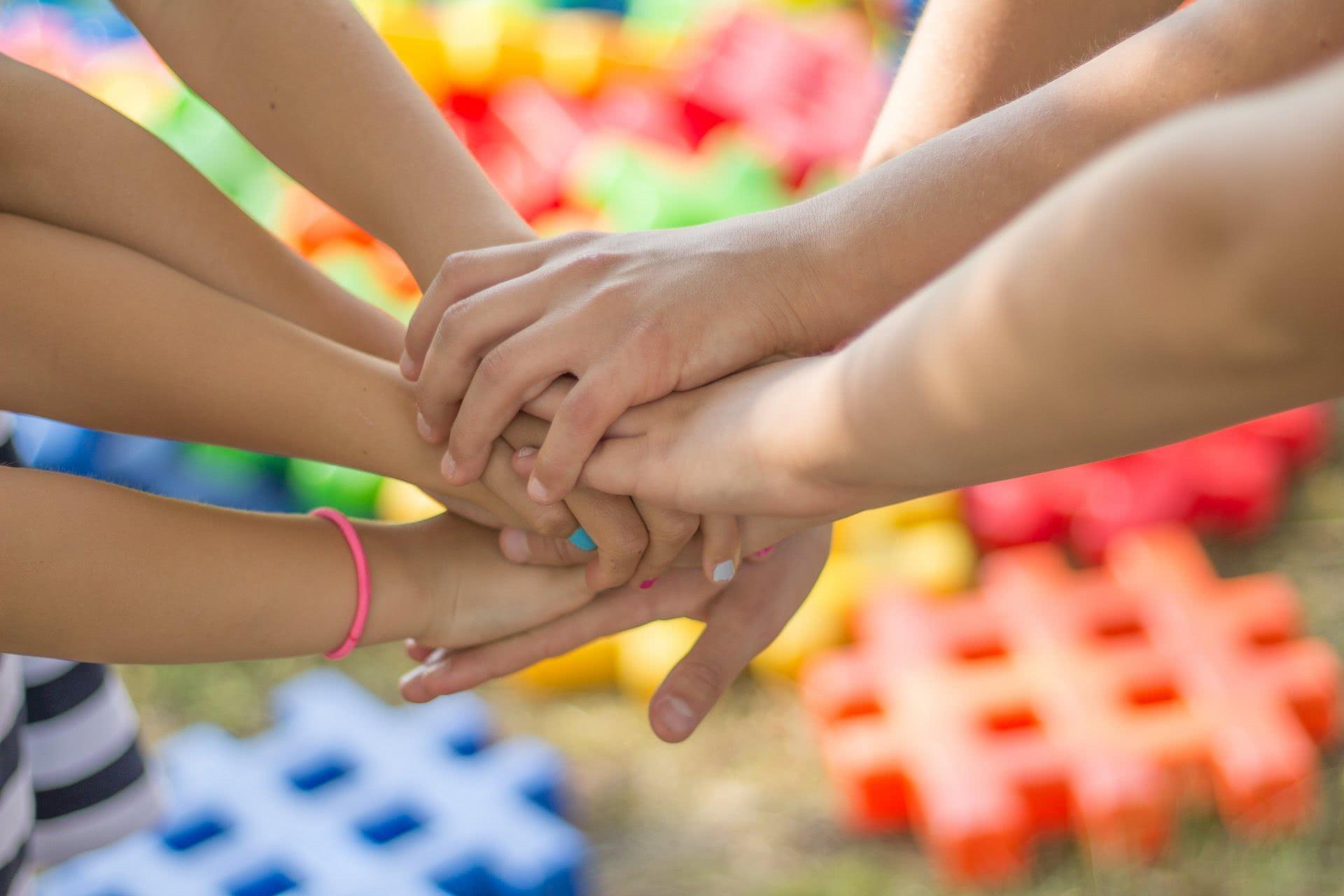 Foto: Hände, die sich berühren