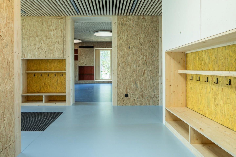 Raumfolge mit Garderobe mit Blick in den Hauptraum