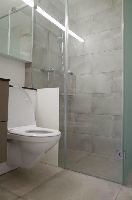 Wohnungsanpassung, anstelle einer Badewanne, bringt eine bodengleiche Dusche mehr Komfort