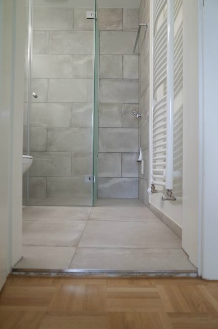 Kompromisse sind nötig: Kleine Schwelle, dafür aber eine bodengleiche Dusche