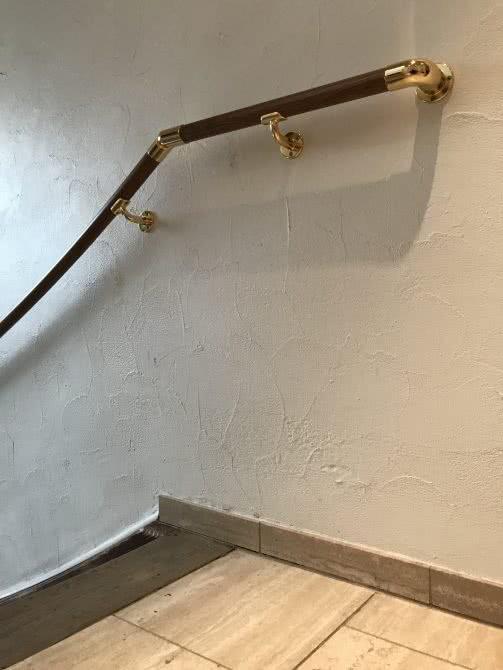 Korrekt installierter Handlauf, Treppenhaus