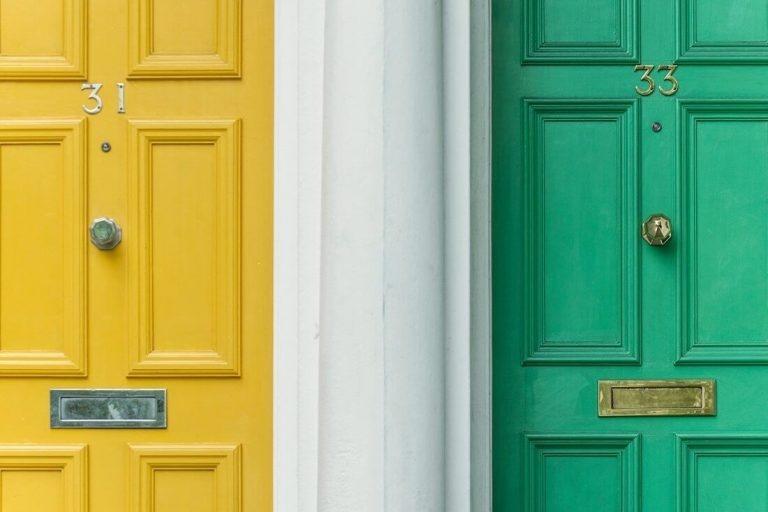 gelbe und grüne Haustür