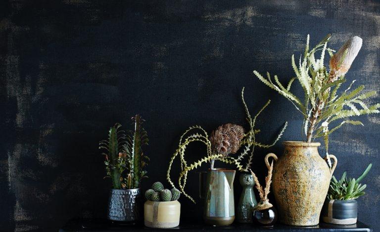 Es ist dunkel geworden, nicht nur in der Natur sondern auch Zuhause. Dunkle Farben, allen voran Anthrazit und Schwarz, ziehen die Wohnung an und bringen ihr Tiefe, Gemütlichkeit und viel Eleganz. Entdecken Sie wie schön es sich mit dem Verdunkelungstrend wohnen lässt.