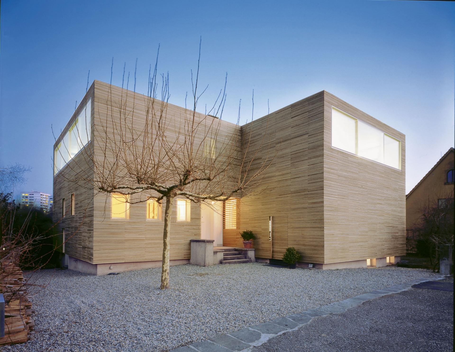 Holzbau Hier Haben Die Architekten Auf Einem Bestehenden Grundstuck Eine Moderne Aufstockung Aus Holz Realisiert Architektur Jacqueline Pittet Und Blaise