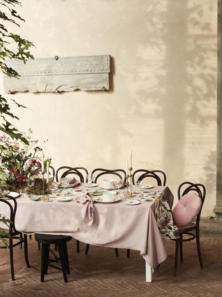 Ein freundlich gedeckter Tisch