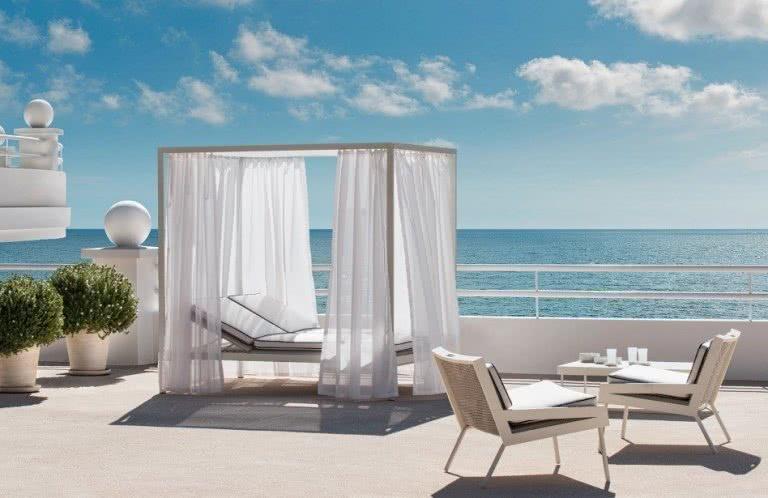 Balkon mit Strandliege und Blick aufs Meer