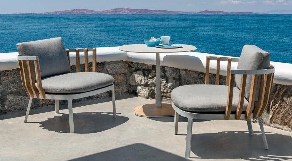 Balkon mit Stühlen und Meer