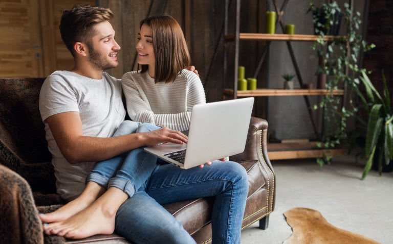 Junges Paar am Laptop auf Immobiliensuche