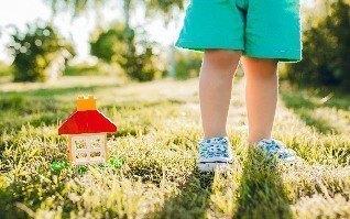 Junge mit Spielhaus