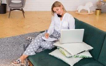 Frau im Home Office arbeitend auf der Couch